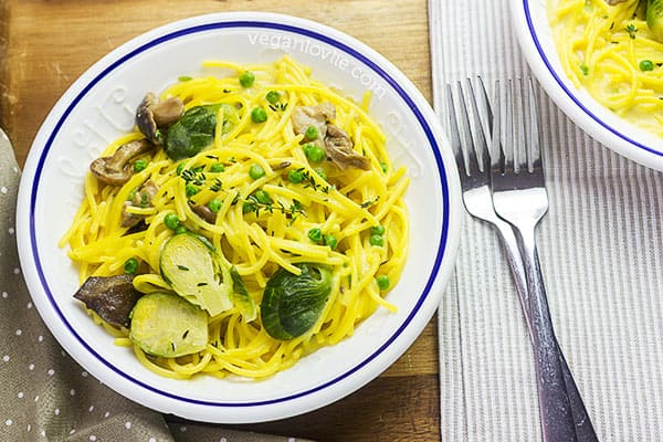 One Pot Creamy Spaghetti with Brussels Sprouts and Marinated Mushrooms, vegan recipe
